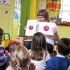 Kinderen maken aan de hand van vertelprenten in 30 minuten kennis met groenten- en fruitsoorten en worden geprikkeld te proeven.